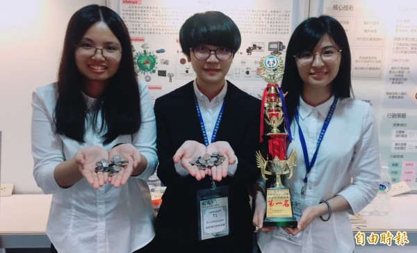 中原化學工程系團隊透過實驗試產開發出環保「咖啡渣電池」,在「創天下」創新創意實作競賽贏得科技資訊創新類第一名。(記者李容萍攝)