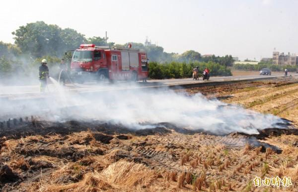 農民燒稻草,易造成空污,也容易發生用路人危險。(資料照)