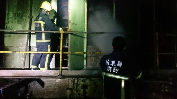 未插電,通霄電廠除役機台晚間卻傳出突起火燃燒。(記者蔡政珉翻攝)