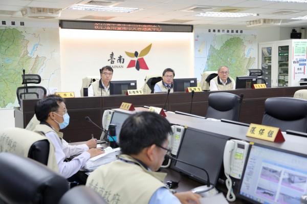 台南市代理市長李孟諺(中)主持防汛整備會議。(台南市府提供)