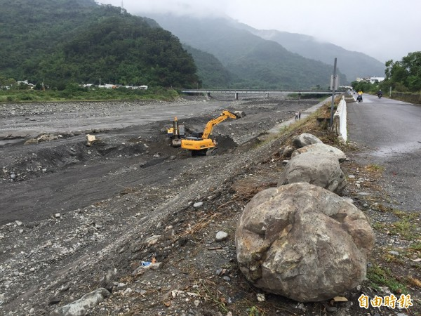 怪手在利嘉溪進入災修工程,並整理河道。(記者張存薇攝)