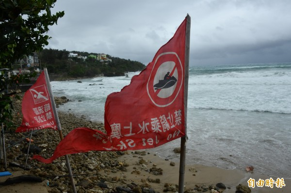 墾丁海灘插起紅旗。(記者蔡宗憲攝)