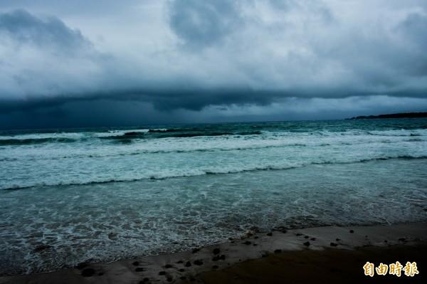 南部海域烏雲密布,大雨欲來。(記者蔡宗憲攝)