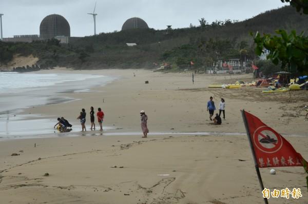 海邊只有少數觀浪遊客。(記者蔡宗憲攝)