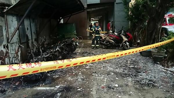 機車被燒毀。(記者王冠仁翻攝)