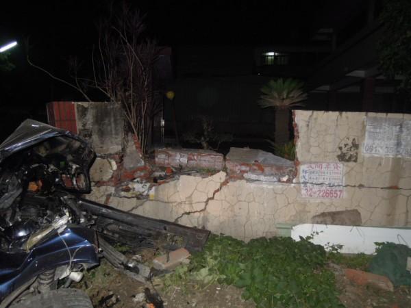 草屯鎮的民宅圍牆被敞篷車撞破。(民眾提供)