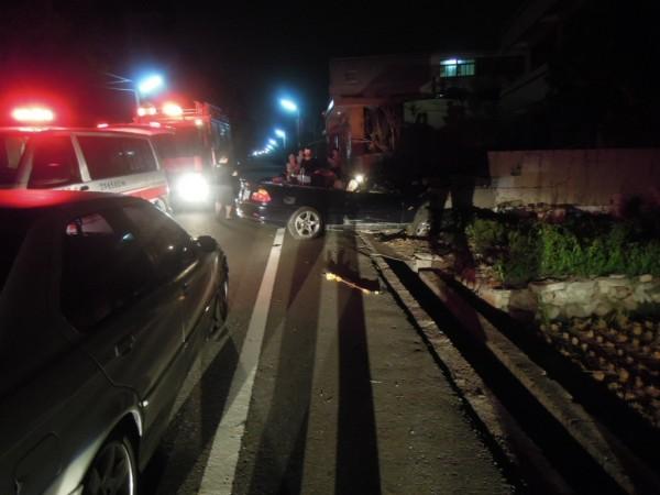 簡姓男子撞破圍牆,消防人員和警方趕至救援。(民眾提供)