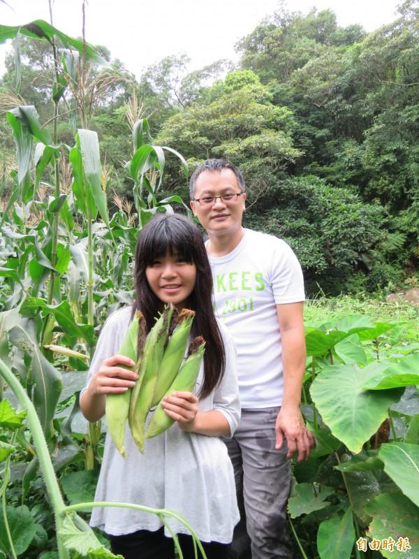 基隆市隆聖國小推動食農教育,在指導老師帶領下,學生開心地採收水果玉米,為營養午餐加菜。(記者俞肇福攝)