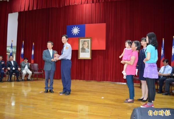 彰警有功員警與眷屬一起上台接受彰化縣長魏明谷(左)頒獎表揚。(記者湯世名攝)
