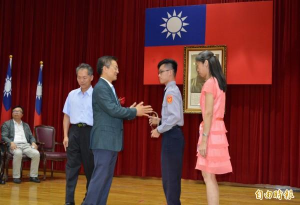 彰警有功員警與眷屬一起上台接受彰化縣長魏明谷(左2)頒獎表揚,這也是今年彰警首創。(記者湯世名攝)