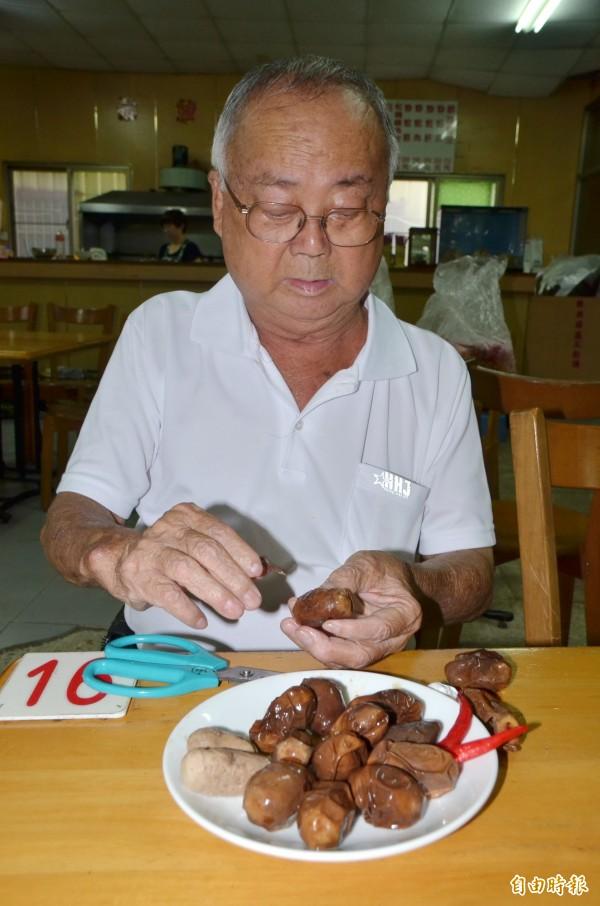黃國男會貼心地先幫老猴們剝茶葉蛋的殼。(記者吳俊鋒攝)