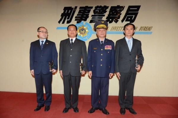 刑事局局長蔡蒼柏(右二)公開表揚全國模範警察偵查第九大隊隊長陳詰昌(左一),以及當選該局模範警察的股長(左二)、隊長李奇勳(右一)等3人。(記者邱俊福翻攝)