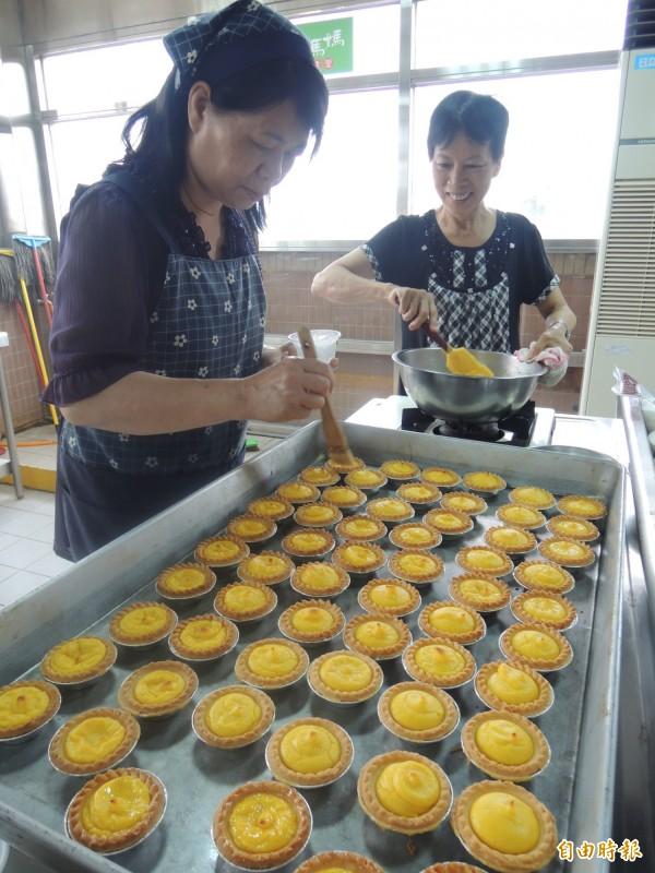 五結鄉農會家政班成員製作南瓜塔。(記者江志雄攝)