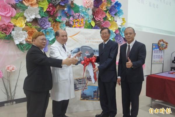 澎湖成功企業家藍俊昇〈右二〉,捐贈衛福部澎湖醫院車輛。(記者劉禹慶攝)