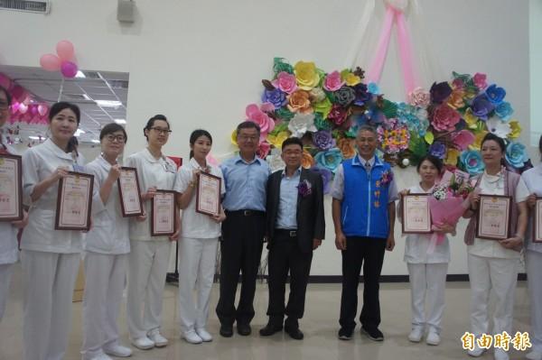 衛福部澎湖醫院一百二十三年慶,頒獎表揚優秀護理人員。(記者劉禹慶攝)