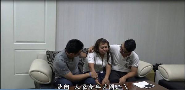 偵查佐飾演坐檯陪酒的少女「萌萌」可說是不計形象豁出去演出。(記者許國楨翻攝)