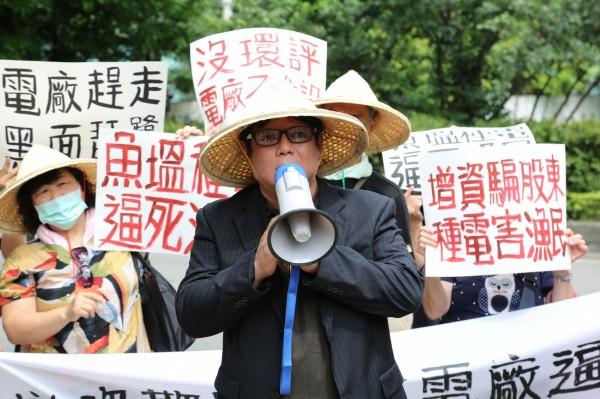 不滿大同擬在七股興建太陽能電廠,台南海岸資源促進會會長陳皇州率養殖戶北上抗議。(記者王冠仁翻攝)
