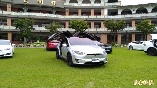 宜蘭縣礁溪國中今舉辦畢業典禮,校方安排9輛電動車為學生送行,總價逾3500萬。(記者張議晨攝)