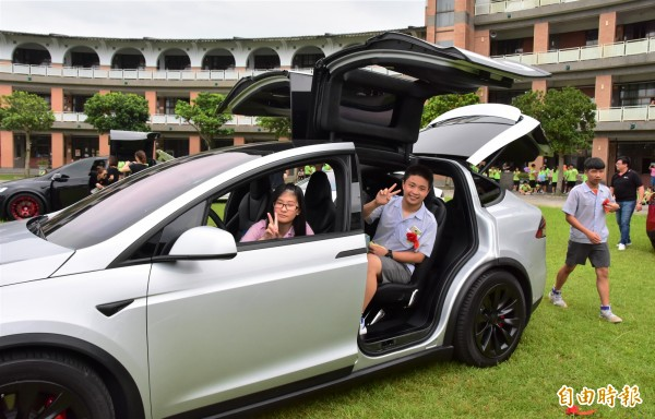 宜蘭縣礁溪國中今舉辦畢業典禮,校方安排9輛電動車為學生送行,讓學生過足乾癮。(記者張議晨攝)