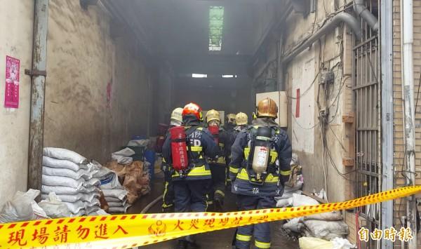 台中太平區永義九街一家工廠今天中午傳出火警,消防人員在火場找到一具焦屍,懷疑是久病厭世的巫姓男子。(記者陳建志攝)