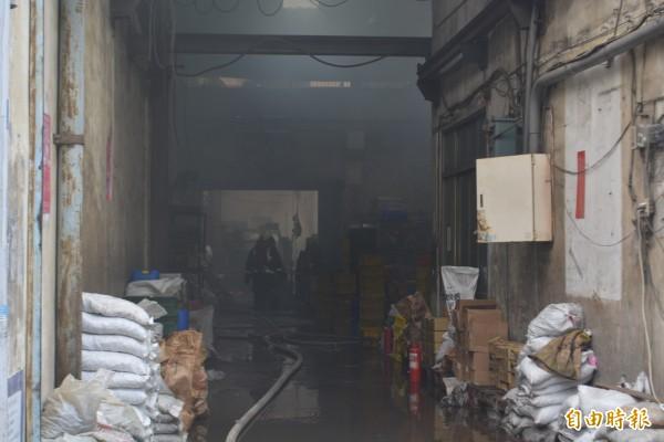 台中太平區永義九街一家工廠今天中午傳出火警,工廠一片焦黑。(記者陳建志攝)