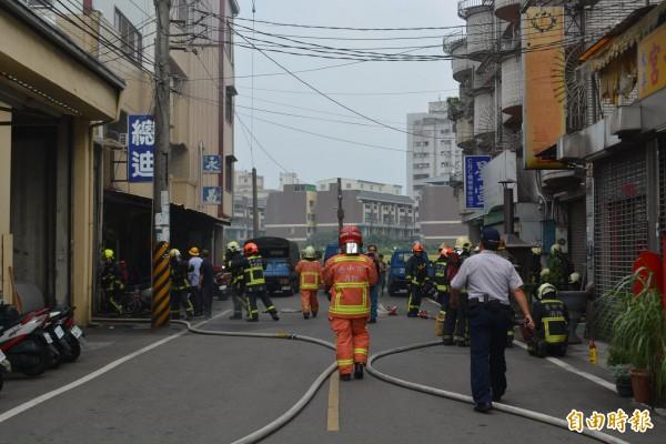 台中太平區永義九街一家工廠今天中午傳出火警,消防人員動員大批人力到場滅火。(記者陳建志攝)