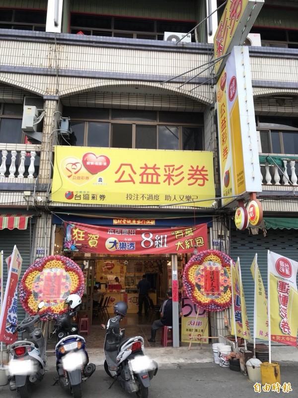台中市日南地區爆米花彩券行開出刮刮樂足球冠軍頭獎。(記者張軒哲攝)