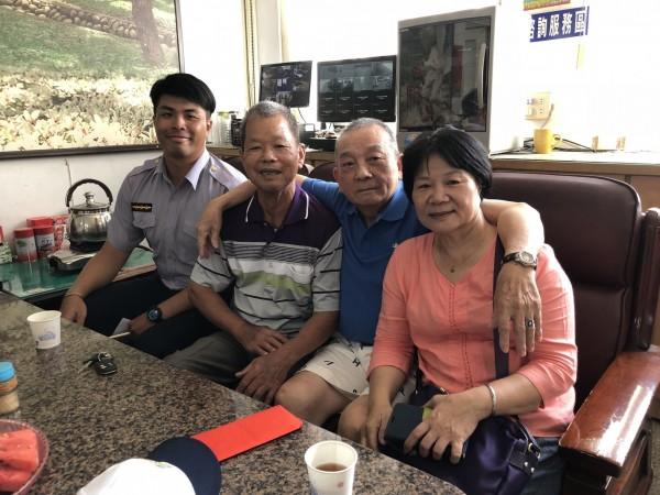 苑裡分駐所警員蕭威成協助陳老先生(右二),順利與軍中同袍郭老先生(左二)喜相逢。(記者張勳騰翻攝)