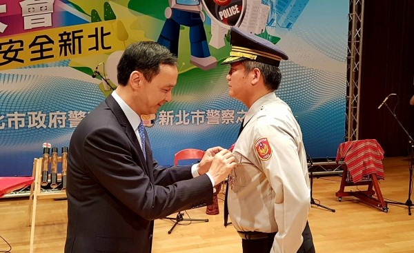 新北市政府慶祝警察節,頒發表揚模範警察。(記者陳薏云翻攝)