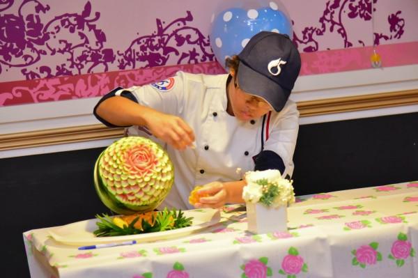 陳嘉智擅長果雕,她喜歡「可以把平凡的東西變成不平凡」的奇蹟感。(記者洪臣宏翻攝)