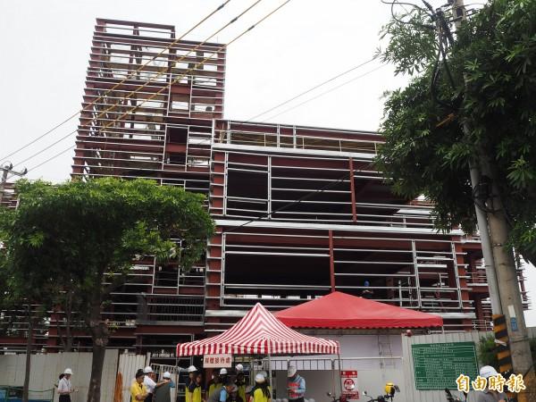 蘆竹國民運動中心基本鋼構已完成,預計明年7月完工。(記者陳昀攝)