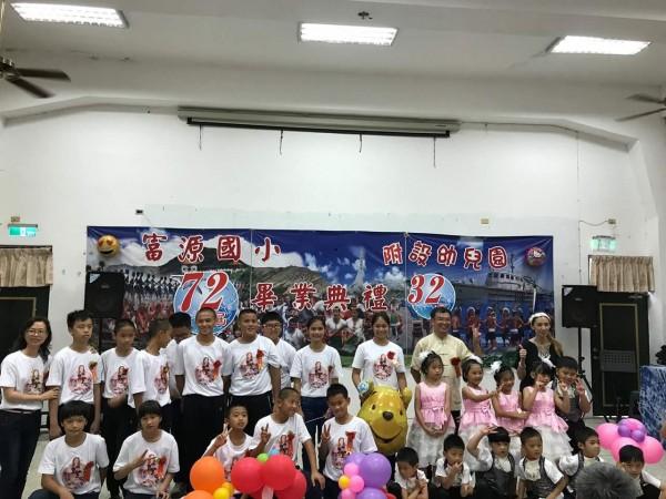 馬恩偉(中間排左六)去年富源國小畢業升富源國中,身材明顯比同學高壯,還是舉重隊員,個性開朗樂觀的他努力抗癌。(曾加如提供)
