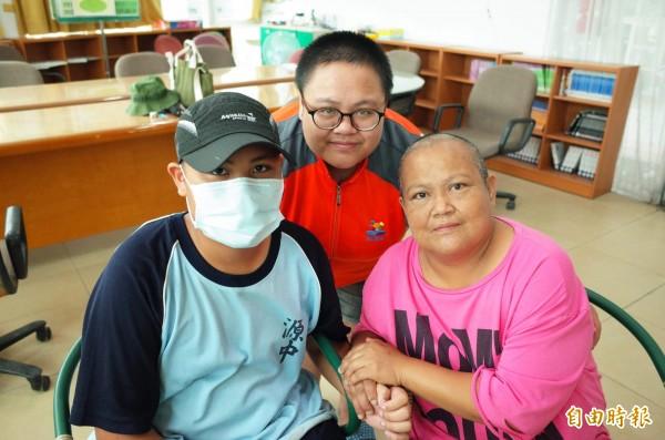 馬恩偉(左)這個星期返校上課,媽媽(右)、姊姊(後)到學校探望他。媽媽說,為了鼓勵兒子「全家都理光頭陪他」,助他以「愛的力量」對抗病魔!(記者花孟璟攝)