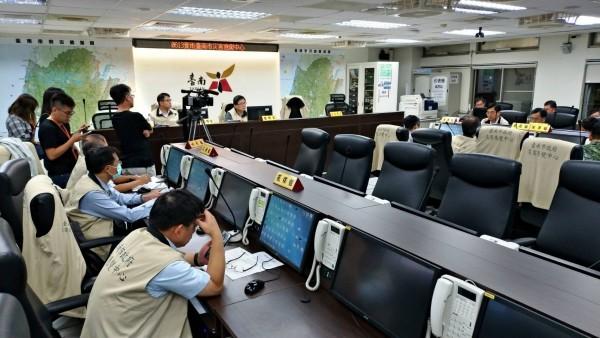 台南市府災防中心十四日晚間召開六一三豪雨第二次應變工作會報。(記者王俊忠攝)