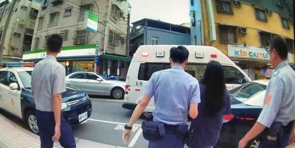 警方最後將何女送醫檢查。(警方提供)
