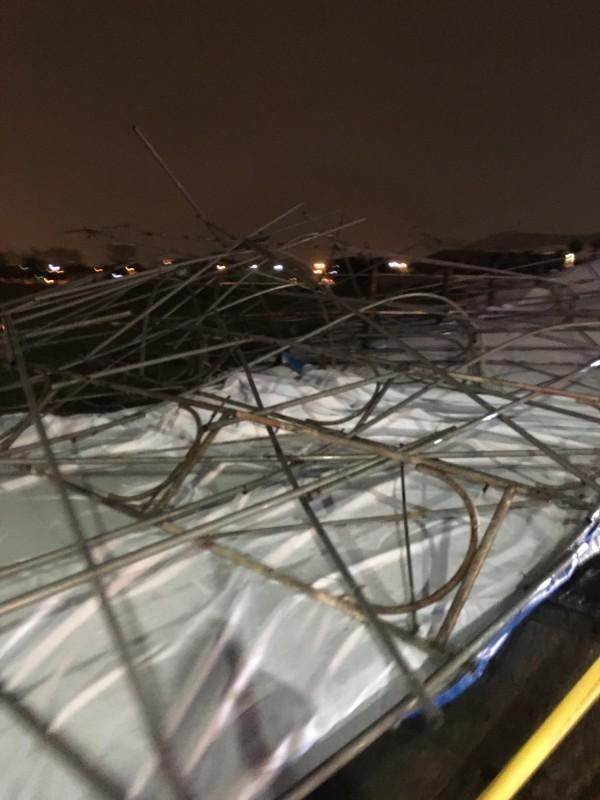 網友戲稱「鳳山看板一街」今晚有看板倒塌。 (記者陳文嬋翻攝)