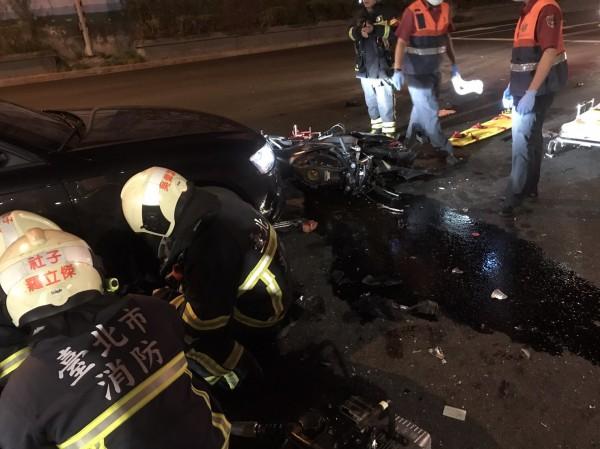 汽、機車發生車禍,騎士卡車底救出後傷重死亡。(記者陳恩惠翻攝)
