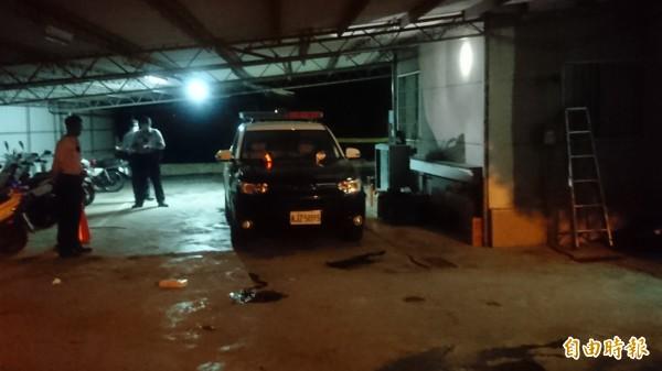 在麻豆埤頭派出所後方的車庫,許文福持警槍自戕。(記者楊金城攝)