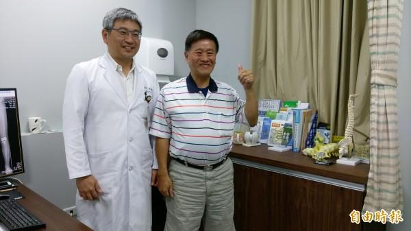 蔡姓男子因怕手術痛,右膝蓋疼痛拖9年,直到透過「Mako機器人關節置換術」治療,疼痛少、復原快,回到醫院向骨科主任楊志鴻醫師致謝。(記者蘇金鳳攝)