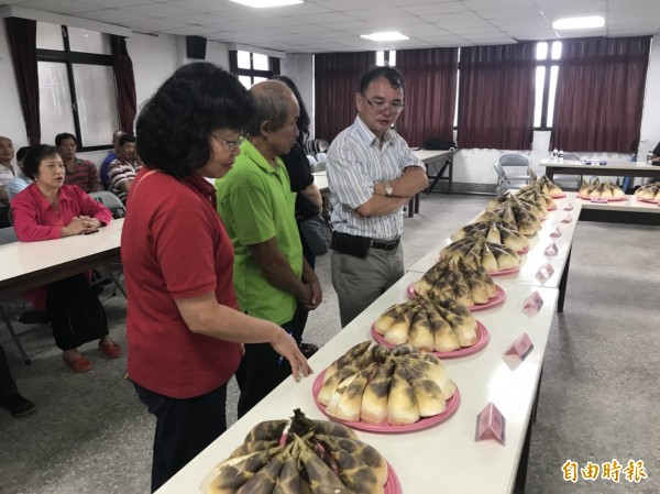 評審依據外觀、色澤、柔嫩度、重量等評分標準評比綠竹筍。(記者林欣漢攝)