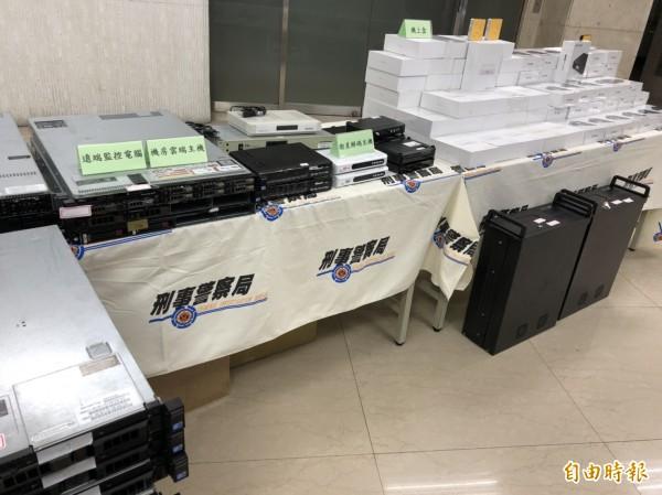 警方查扣伺服主機40多台、衛星解碼主機10多台、千尋機上盒百餘台與手機、電腦及帳冊等贓證物。 (記者 邱俊福攝)