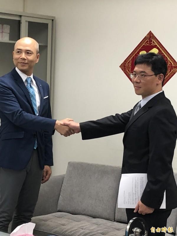 日本CODA海外版權保護總監伊奈正晴(左)向刑事局電信偵查大隊隊長莊明雄(右)表達感謝(記者 邱俊福攝)