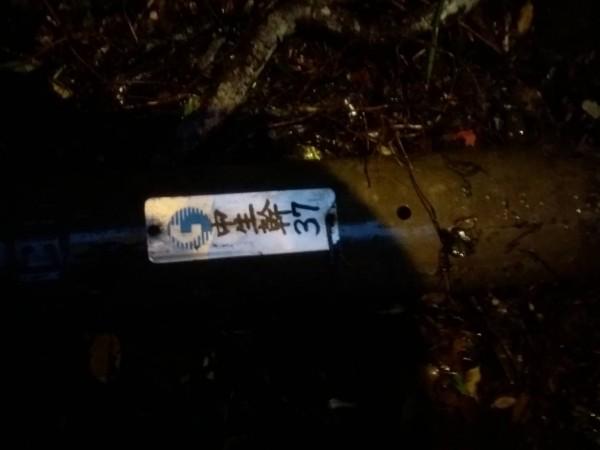 車損的禍首是中華電信的電桿,但中華電信指為天災。(車主提供)