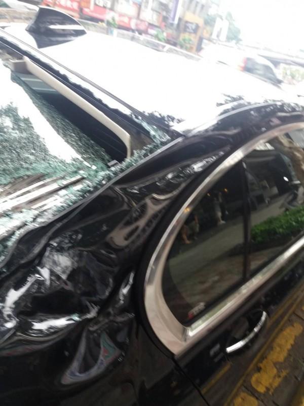 車子後半部受損嚴重,差點傷及後座乘客。(車主提供)