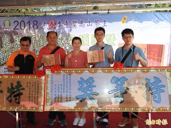 新東興茶業黃加棟、陳秀滿夫婦及兒子黃名村、黃名江(左二起),從前年冬茶競賽起,已連續拿下4座特等獎。(記者佟振國攝)