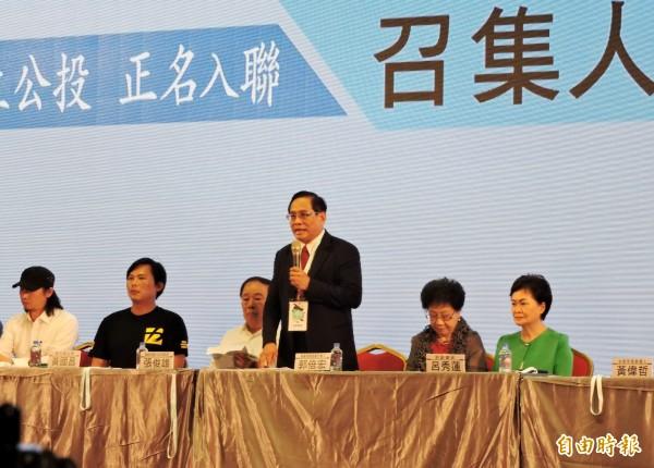喜樂島聯盟舉行首次召集人大會師,總召集人郭倍宏(右三)提出聯盟訴求為「獨立公投,正名入聯」。(記者張菁雅攝)