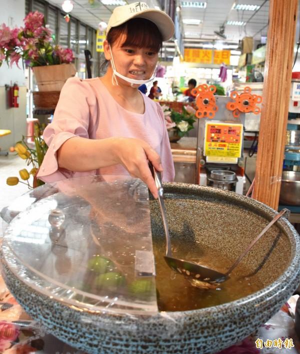 一大鍋的橙黃透明手工愛玉,是夏日消暑的最佳美食選舉。(記者李容萍攝)