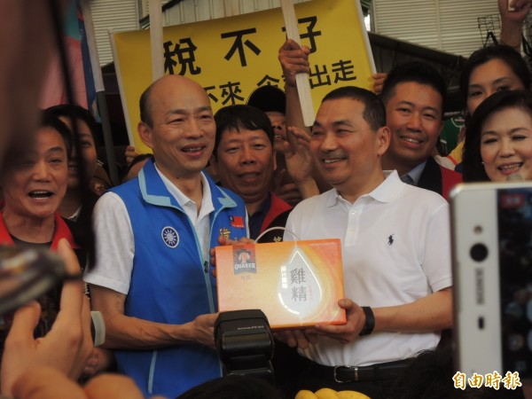 國民黨高雄市長參選人韓國瑜(左)聲援侯友宜,呼籲民進黨停止抹黑。(記者王榮祥攝)