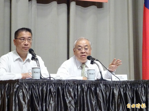 行政院主計長朱澤民(圖右)表示,明年度國防預算不會比今年還少。(資料照)