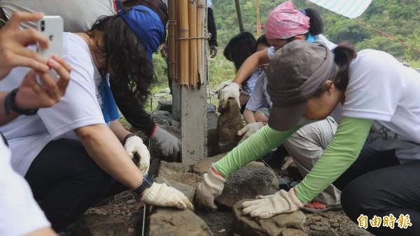 志工到部落邊工作、邊體驗在地生活。(記者張存薇攝)